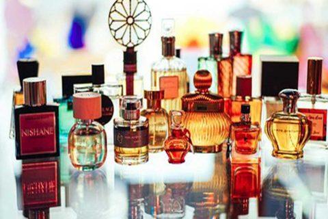 شما چند شیشه عطر بر روی میز خود دارید
